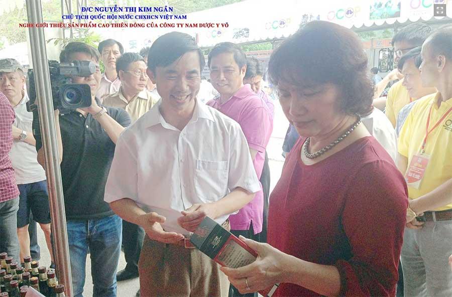 Bà Nguyễn Thị Kim Ngân - Chủ tịch quốc hội, nghe giới thiệu sản phẩm Cao Thiên Đông của Công ty Nam Dược Y Võ!
