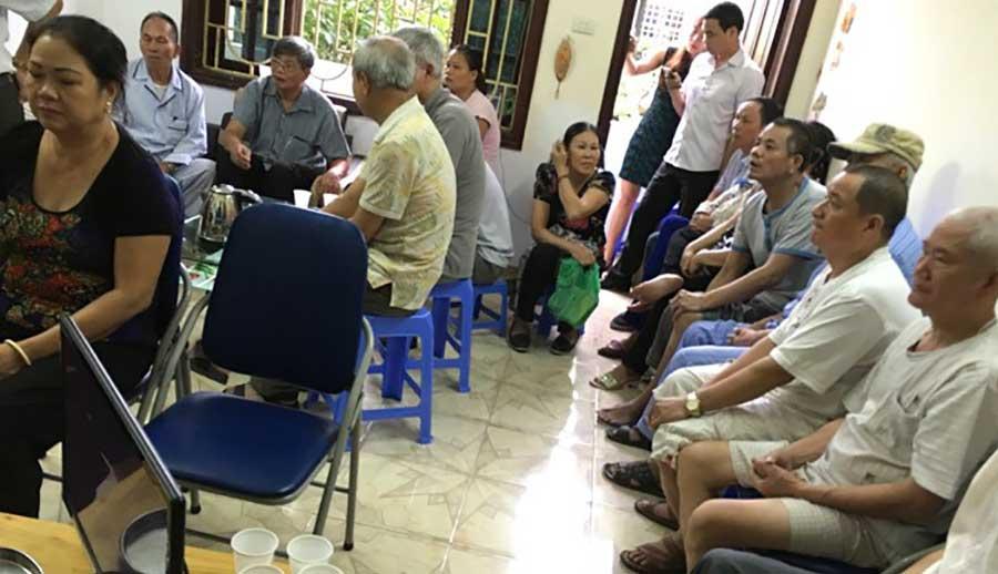 Rất đông người đến đây khám bệnh, bốc thuốc tại nhà lương y Âu Văn Dự.
